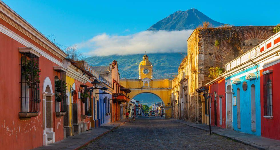 Antigua Guatemala, Guatemala. Sus calles de piedra con arquitectura colonial invitan a pasar excelentes tardes que regalan una impresionante vista de los volcanes cercanos. (Foto: Shutterstock)