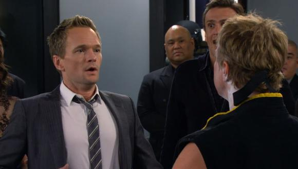 "¿Recuerdas la vez que Barney conoció a William Zabka en su despedida de soltero en ""How I Met Your Mother""? (Foto: CBS)"