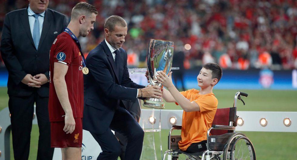 Mira el tierno momento en que el niño celebra con Liverpool el título de la Supercopa de Europa. | Foto: Agencias