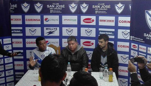Julio César Uribe, con camiseta de San José Oruro puesta, brindó declaraciones ante la prensa. Prometió mucho compromiso y trabajo arduo con la entidad santa. (Foto: Club San José de Oruro)