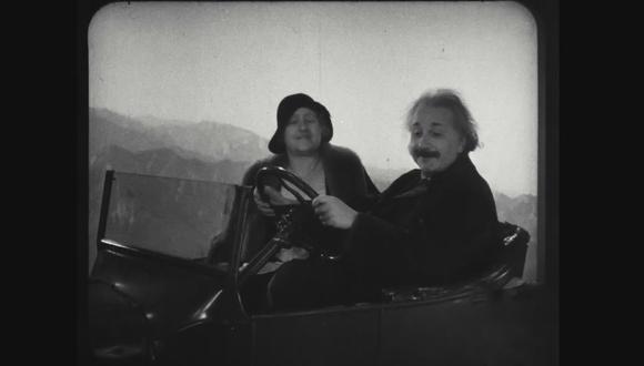 En 1931, Albert Einstein y su esposa Elsa visitaron las instalaciones de Warner Bros. en Hollywood para filmar una divertida escena en auto.
