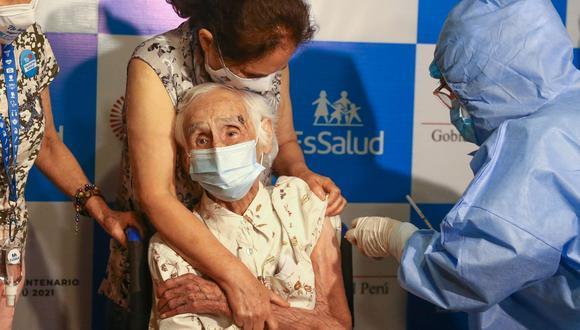 La señora de más de 100 años de edad recibió la primera dosis a inicios de marzo (Foto: Archivo de EFE/Paolo Aguilar)