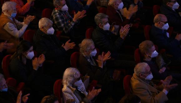 Los habitantes de las residencias de ancianos que ya han recibido la vacuna contra el coronavirus asisten a una función en el Teatro EDP Gran Vía de Madrid el 24 de febrero de 2021. (Foto de GABRIEL BOUYS / AFP).