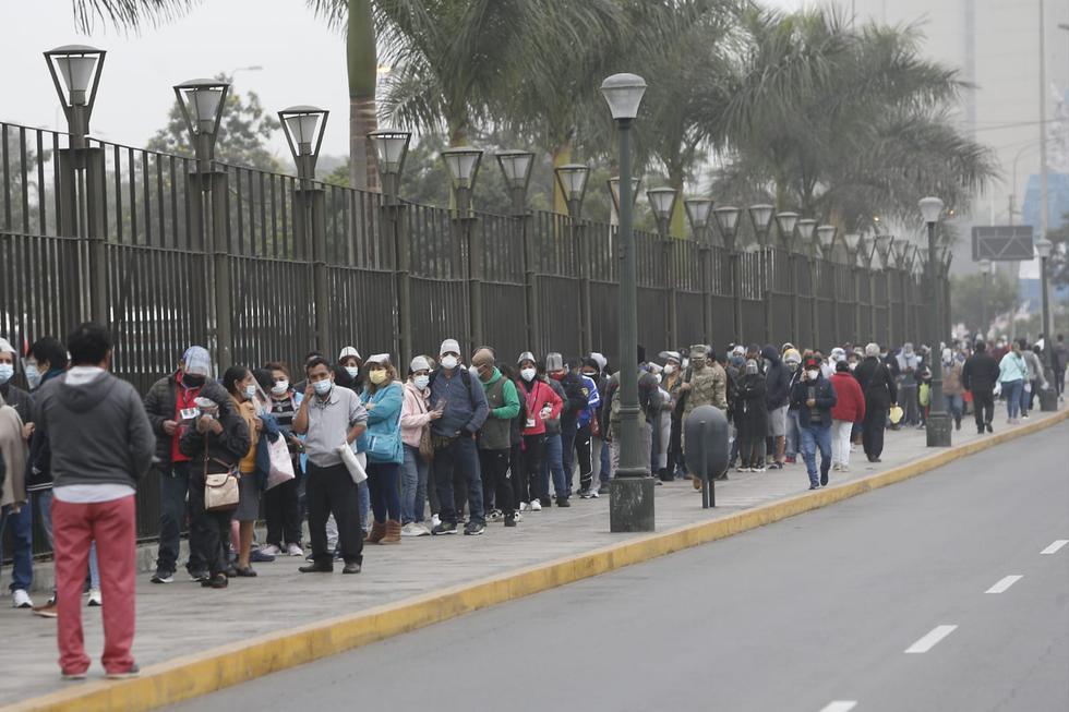 Desde las primeras horas de la mañana, en los exteriores del vacunatorio situado en el Parque de la Exposición, en el Cercado de Lima, se reportan largas colas de personas, aglomeraciones y malestar de personas que esperan poder vacunarse contra el COVID-19. Hoy, martes 27 de julio, se retomó este proceso en todos los puntos de inmunización de Lima Metropolitana y el Callao, tras la suspensión del último lunes, que fue informado por el Ministerio de Salud (Minsa). (Foto: Jorge Cerdan/@photo.gec)