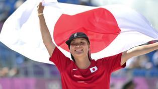 Japonesa Sakura Yosozumi, primera campeona olímpica de park en el skateboarding