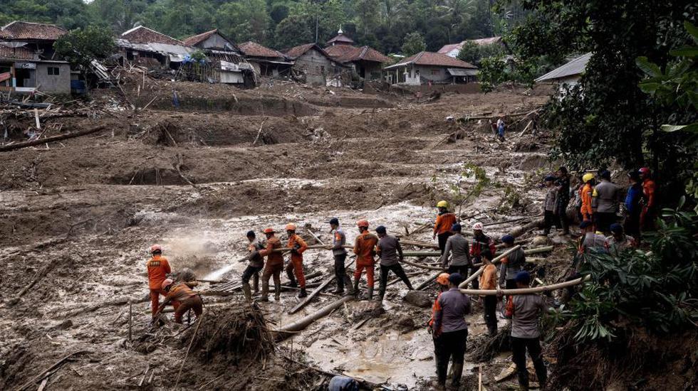 Los rescatistas indonesios limpian un área para limpiar el lodo y los escombros mientras buscan personas desaparecidas después de un deslizamiento de tierra en el pueblo de Cigudeg, región de Bogor, en Indonesia. (Foto: EFE).