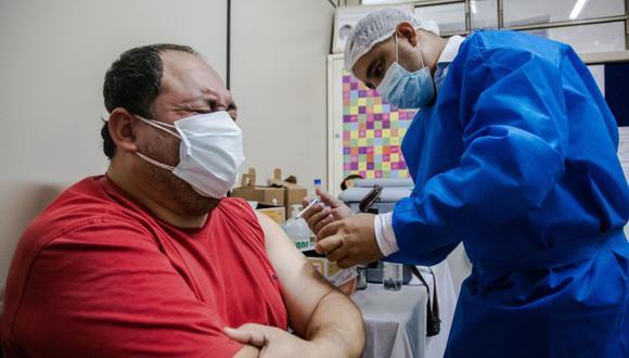 Un trabajador de la salud administra una dosis de la vacuna AstraZeneca Plc Covid-19, proporcionada a través de la iniciativa Covax, en el Hospital Público Barrio Obrero en Asunción, Paraguay. (Foto: Maria Magdalena Arrellaga / Bloomberg).