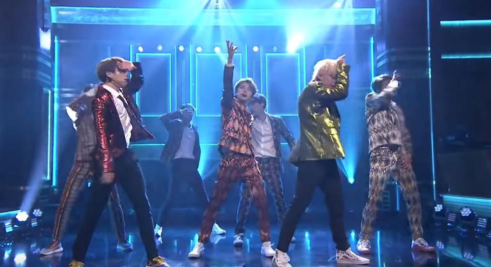 La banda coreana BTS deleitó a todos sus fanáticas que se dieron cita en el show de Jimmy Fallon.  (Captura de pantalla)