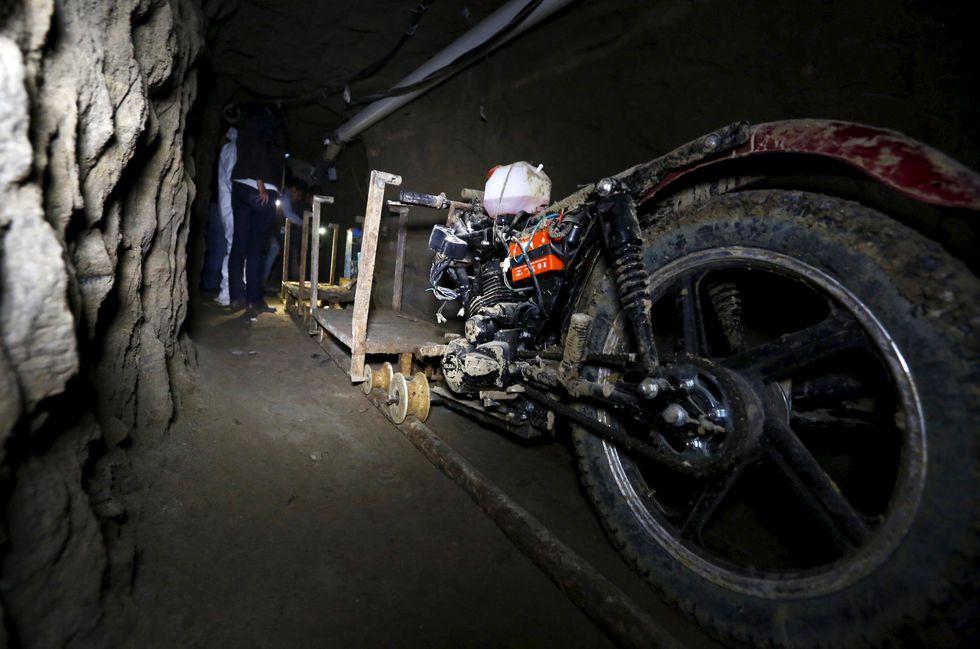 La fuga de El Chapo Guzmán a través de un túnel. (Reuters).