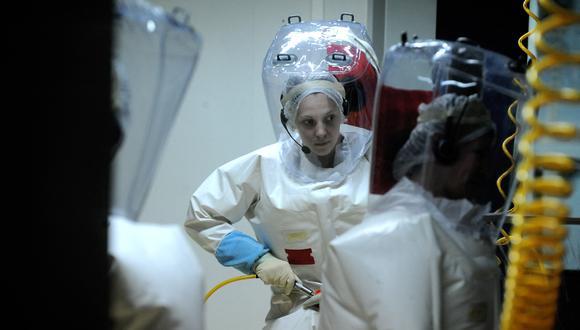 Los investigadores manipulan virus en el laboratorio Jean Mérieux de nivel P4 (Ébola, Lassa, Marburg, Congo-Crimea) el 27 de febrero de 2008 en Lyon. (Foto: Jean-Philippe KSIAZEK / AFP)