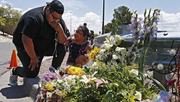 Ciudadanos de El Paso, Texas, dejan flores en el lugar de la masacre del sábado. (EFE).