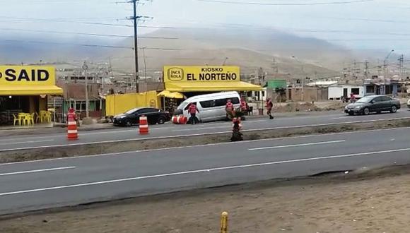 Una miniván que realiza el servicio de colectivo informal en la carretera Panamericana elude a los inspectores de Sutrán tumbando conos  con total  impunidad. (Captura de video/Sutrán)