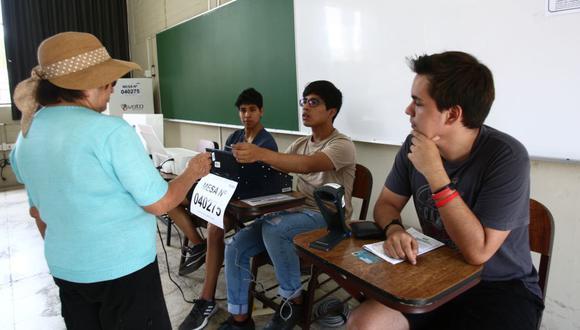 La ONPE sorteó ayer a los 518.868 miembros de mesa para las elecciones del próximo 11 de abril. (Foto: Francisco Rodríguez).