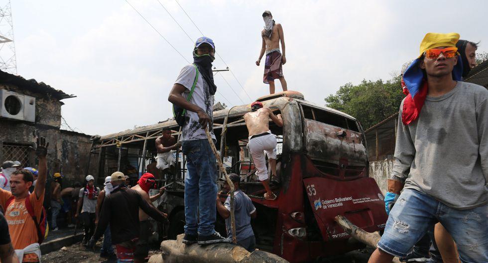 Venezuela: Queman autobuses en medio de protestas por cierre en frontera con Colombia en Ureña. (AP).
