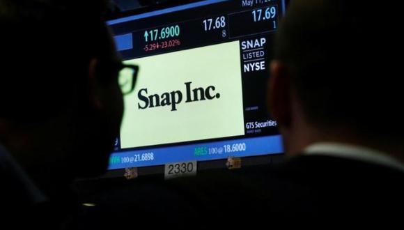 Operadores ven una pantalla con la información de las negociaciones de las acciones de Snap Inc. en la Bolsa de Valores de Nueva York (NYSE) (Foto: Reuters)