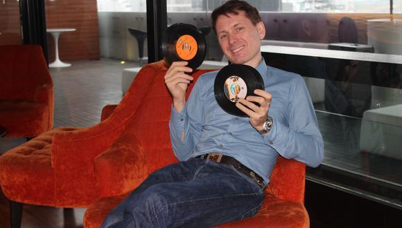Alex Kapranos, de Franz Ferdinand, conversa con Somos horas previas al concierto en Lima. En la imagen, sostiene discos que compró en jirón Quilca. (Foto: Celeste Pérez)