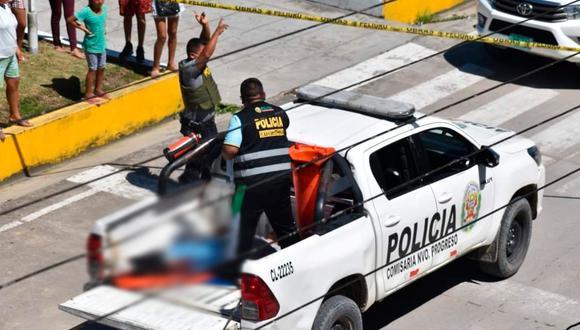 La policía, por labores de Inteligencia, tomó conocimiento sobre los planes de asaltar el banco, se adelantó al lugar de los hechos, y ahí, vestidos de civil, esperaron los agentes a los delincuentes. En la imagen, una de las personas que resultó herida en el enfrentamiento es llevada de emergencia al hospital. (Foto: PNP)