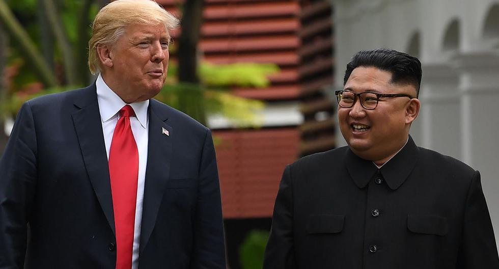 El líder de Corea del Norte, Kim Jong Un, camina con su par de Estados Unidos, Donald Trump, durante las conversaciones en su histórica cumbre entre estos países, en el Hotel Capella en la isla de Sentosa en Singapur, en junio de 2018. (AFP/SAUL LOEB).