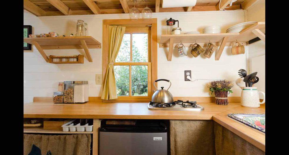 La cocina mantiene acabados de madera y suma plantas que llenan de vida el ambiente. (Foto: Airbnb)