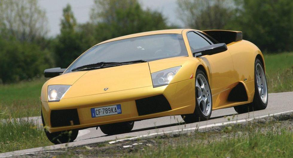 Lamborghini Murcielago: A pesar de tratarse de un auto del año 2002, el motor V12 del Murcielago sigue sorprendiendo. Alcanza una velocidad de 330 km/h.