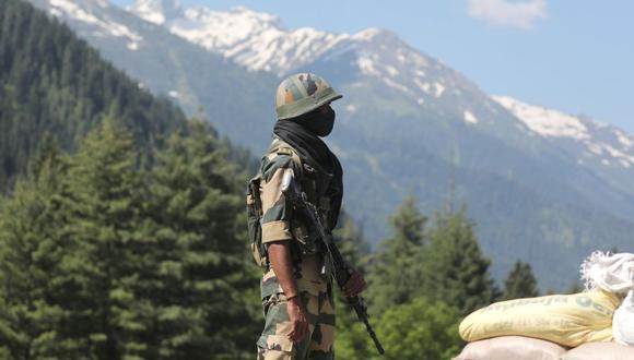 Un soldado paramilitar indio hace guardia en el puesto de control de la autopista que conduce a Ladakh, en Gagangeer a unos 81 kilómetros de Srinagar, la capital de verano de la Cachemira india. (Foto: EFE/EPA/FAROOQ KHAN)