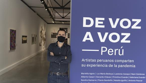 Nicolás Gómez, director del Museo de Arte Contemporáneo, realiza un recorrido por la exposición De Voz a Voz Perú. Foto: Renzo Salazar.