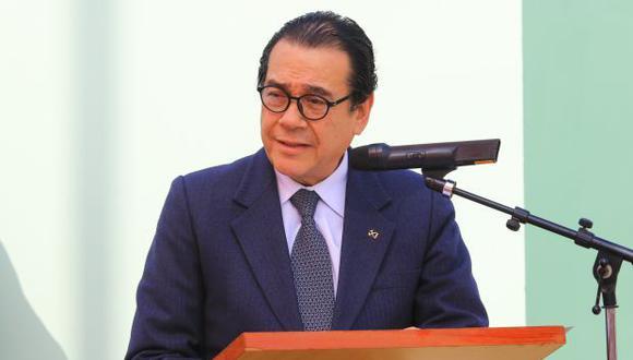 El ministro de Justicia, Enrique Mendoza, firma las resoluciones con las que se realiza cambios en la Comisión de Gracias Presidenciales. (Foto: Minjus)