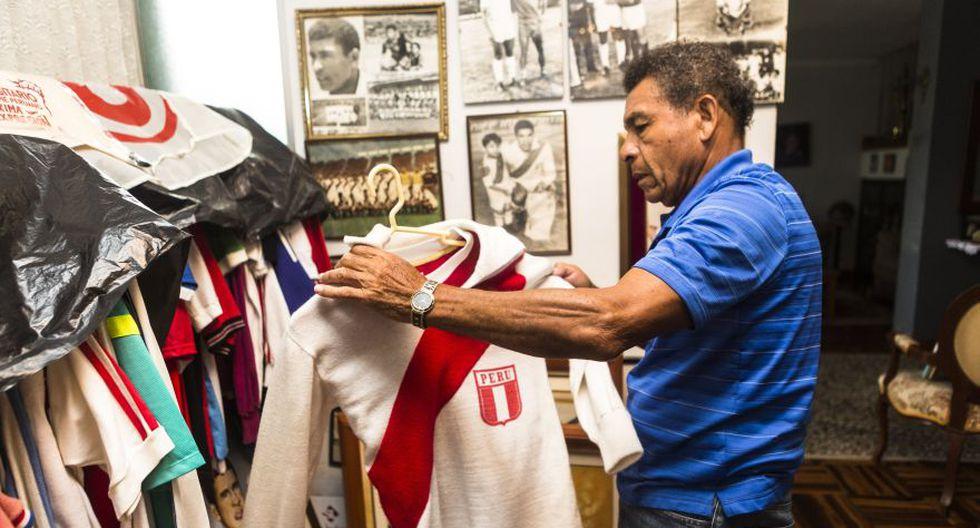 Héctor Chumpitaz y un momento muy personal: cuidando las camisetas que intercambio en su vida como futbolista de selección. Fue una sesión de fotos exclusiva para Somos. FOTO: Giancarlo Shibayama / Archivo Histórico El Comercio.