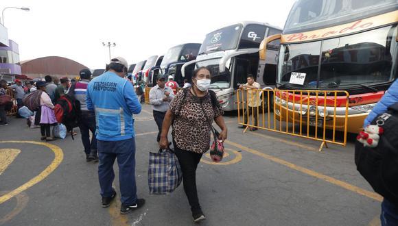 Quedan prohibidos los viajes interprovinciales terrestres y aéreos en regiones ubicadas en el nivel sanitario extremo. (GEC)