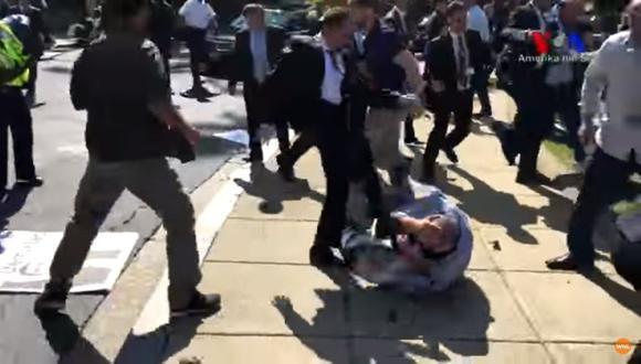 Guardias de Erdogan agreden a manifestantes en Washington.