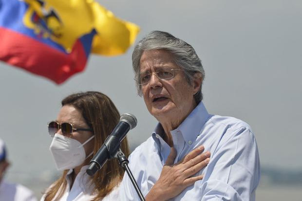Guillermo Lasso habla junto a su esposa María de Lourdes Alcivar, durante el acto de clausura de su campaña en Guayaquil, el 8 de abril de 2021. (Foto de RODRIGO BUENDIA). / AFP).