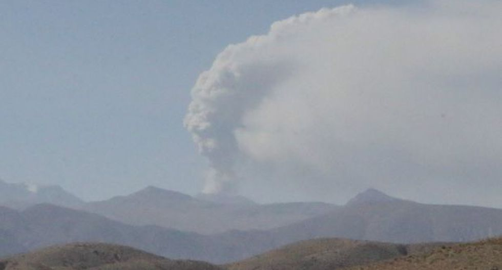 Sabancaya expulsa pluma de ceniza de 3.500 metros de altura