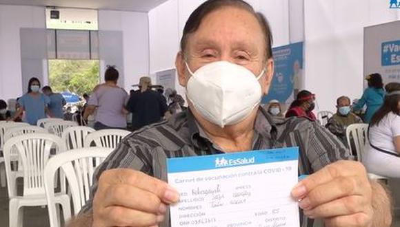 Tulio Loza feliz tras aplicarse segunda dosis de vacuna contra COVID-19. (Foto: @essaludperu)