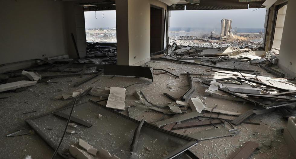 La escena de la explosión que golpeó el puerto de Beirut se ve a través de un departamento dañado en la capital de Líbano. (Foto AP / Hussein Malla).