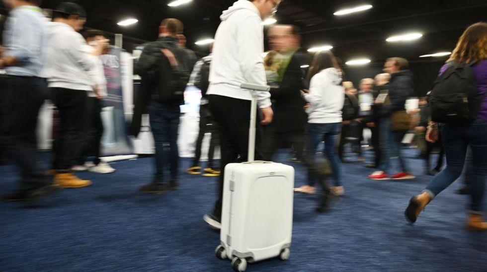 Ovis es una maleta que cuenta con inteligencia artificial. Su gran atractivo es que puede seguir al usuario y esquivar obstáculos con ayuda de cinco cámaras en su empuñadura.  (Foto: AFP)