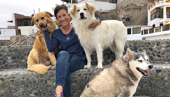 Patricia junto a Bobby, Blanco y Sara. En el momento de la foto, sus otros dos perros estuvieron dentro de la casa aterrados por los cohetones que suelen lanzarse en San Bartolo cuando hay festejos.