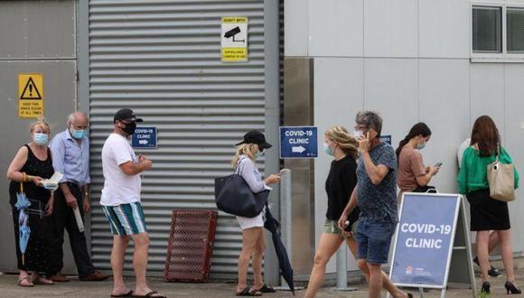 Residentes haciendo cola en una clínica de tests de coronavirus, en el Hospital Mona Vale, en Sídney, Australia, el 18 de diciembre de 2020. REUTERS/Loren Elliott