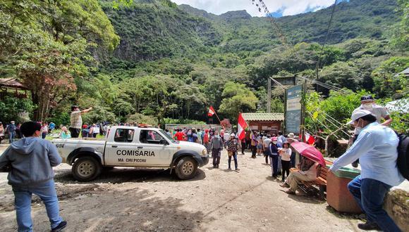 Los manifestantes exhortan a los turistas a no acceder a Machu Pichu por la ruta bloqueada. (Foto: Juan Sequeiros)
