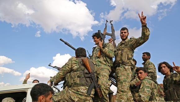 Los combatientes rebeldes sirios respaldados por Turquía se reúnen cerca de la frontera sirio-turca al norte de Alepo. (AFP / Nazeer Al-khatib).