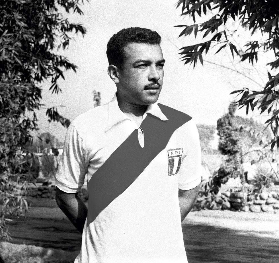 Zaguero Luis Bolívar con la bicolor de los años 60. (Foto: Archivo histórico El Comercio)