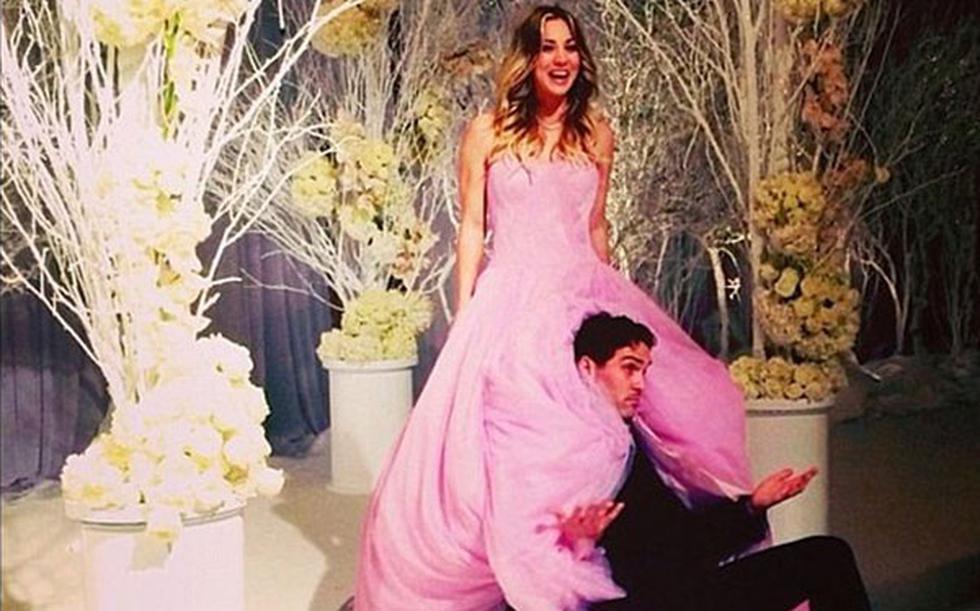 Kaley Cuoco y su vestido de novia rosado son la sensación en las redes  - 1