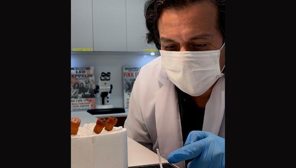 Edward Málaga-Trillo junto a las pruebas moleculares rápidas que con su equipo han creado. Una muestra de saliva será suficiente y ya no se requerirá de hisopado.