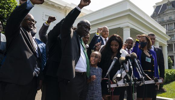 Los familiares levantan los puños tras el encuentro en la Casa Blanca. (Foto: AP)