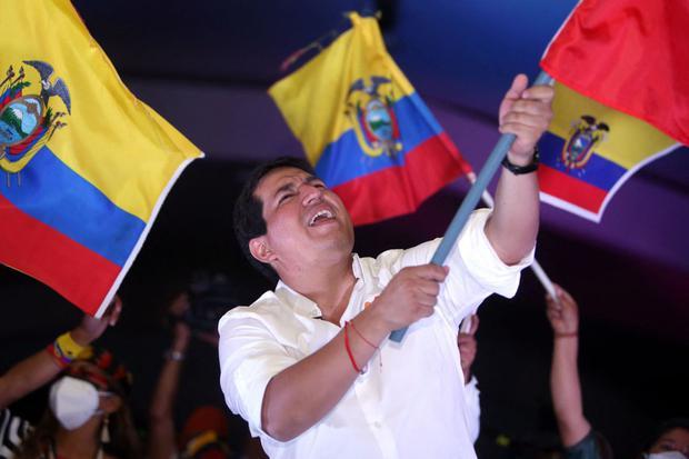 Andrés Arauz ondea una bandera ecuatoriana durante el cierre de su campaña electoral en Quito el 8 de abril de 2021. (Foto de Cristina Vega RHOR / AFP).