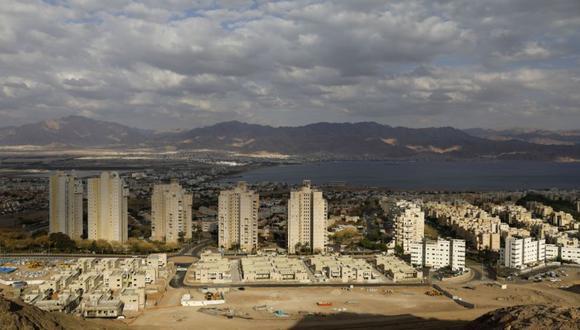La ciudad turística de Eilat, en el Mar Rojo, en el sur de Israel, y la ciudad turística de Aqaba, en el Mar Rojo, en Jordania, al fondo. (Foto: MENAHEM KAHANA / AFP)