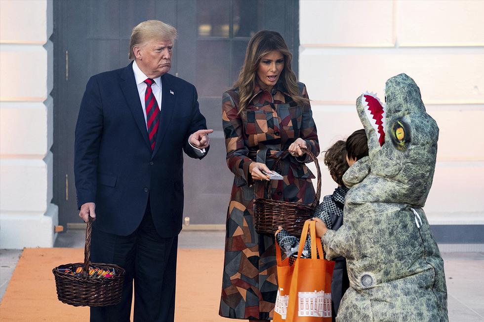 Melania y Donald Trump saludaron a un grupo de niños que acudieron a la Casa Blanca por los tradicionales caramelos de Halloween. (Foto: EFE)