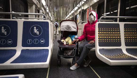Una mujer usa mascarilla mientras se transporta por el metro de Los Ángeles, California, Estados Unidos. (EFE/Etienne Laurent/Archivo).