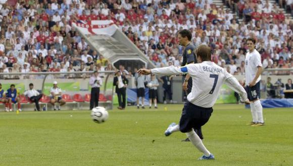 David Beckham en el momento que dispara el tiro libre contra Ecuador. (Foto: FIFA)