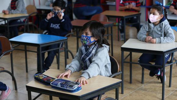 Estudiantes del EMDI School asisten a clases con distanciamiento social el 2 de marzo del 2021, durante el plan piloto para el retorno a clases en Quito, Ecuador. (EFE/ José Jácome).
