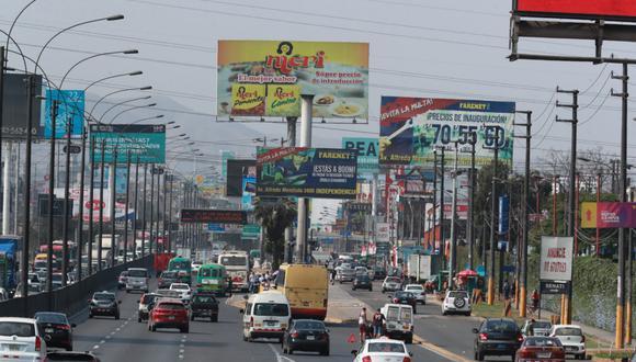 La Panamericana Norte es una de las vías con mayor contaminación visual, según una inspección de la Municipalidad de Lima. En los próximos días, serán retirados los paneles que no fueron autorizados. (Foto: Lino Chipana)